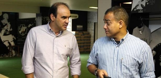 Ricardo Gomes conversa com o dirigente Daniel Freitas antes de apresentação em São Januário