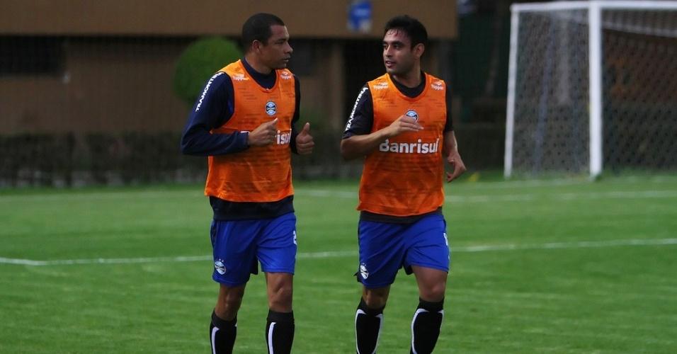 Zagueiros Gilberto Silva e Werley correndo no estádio Ecopetrol em treino do Grêmio na Colômbia (13/11/2012)