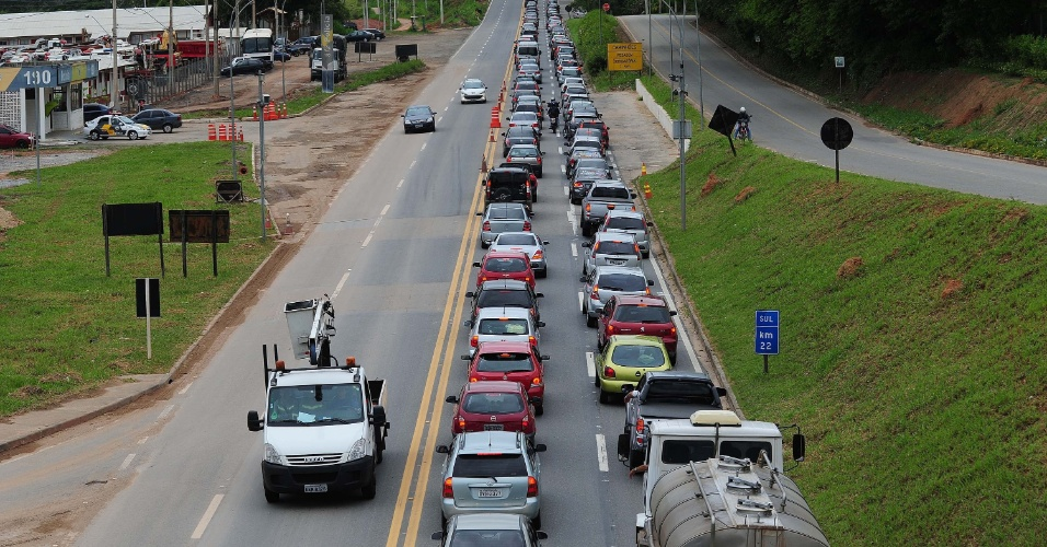 15.nov.2012 - Trânsito na rodovia dos Tamoios, na altura do km 20 em Jambeiro (SP), na manhã desta quinta-feira (15), feriado da Proclamação da República