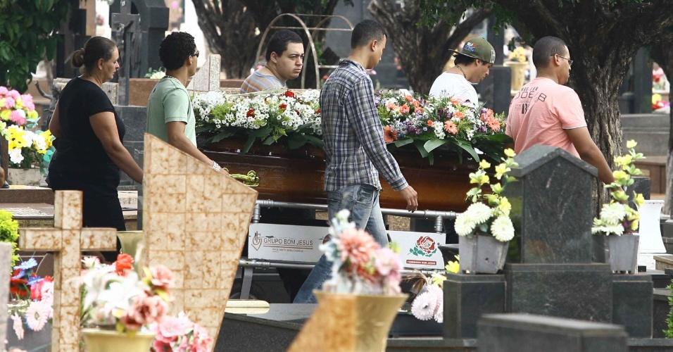 15.nov.2012 - Enterro da Auxiliar de serviços gerais Ednair Candido da Silva no cemitério São Bento, em Araraquara, no interior de São Paulo. Ednair foi uma das cinco pessoas mortas na noite de quarta-feira (14) na cidade