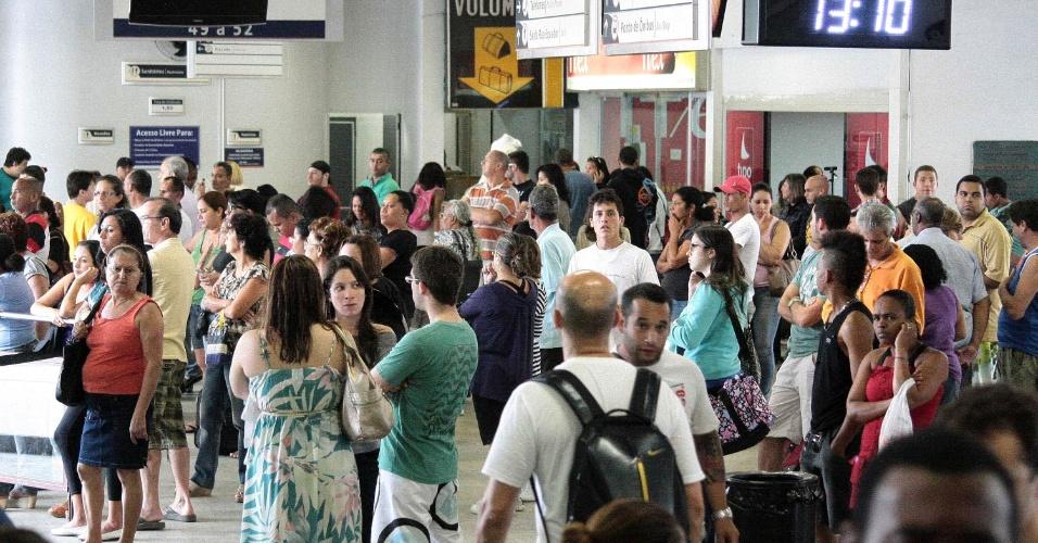 15.nov.2012 - Movimento de passageiros no feriado da Proclamação da República, na rodoviária Novo Rio, no Rio de Janeiro