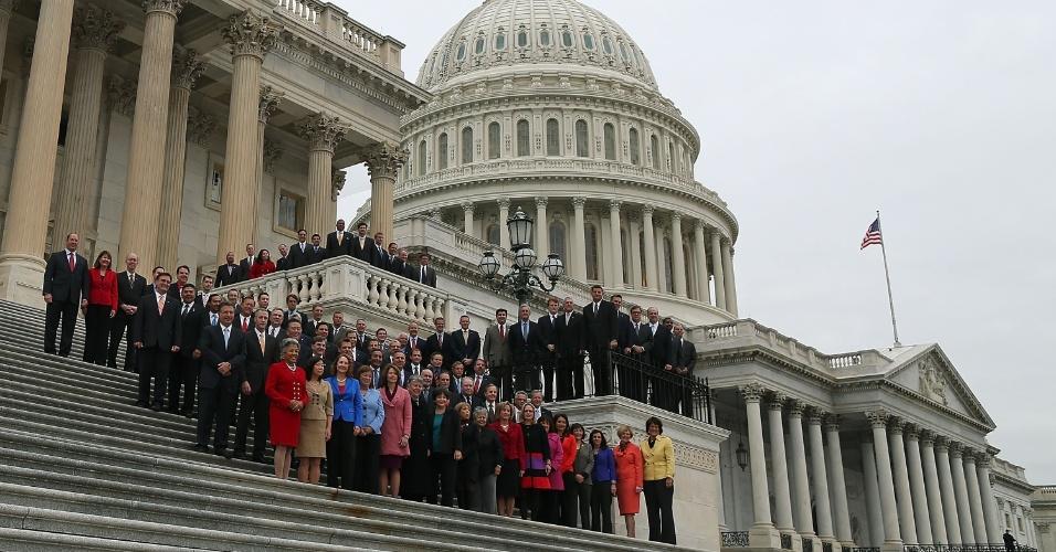 15.nov.2012 - Novos representantes eleitos para o 113º congresso dos Estados Unidos posam para foto nas escadarias do capitólio, nesta quinta-feira (15), em Washington. O mandato começa em janeiro de 2013
