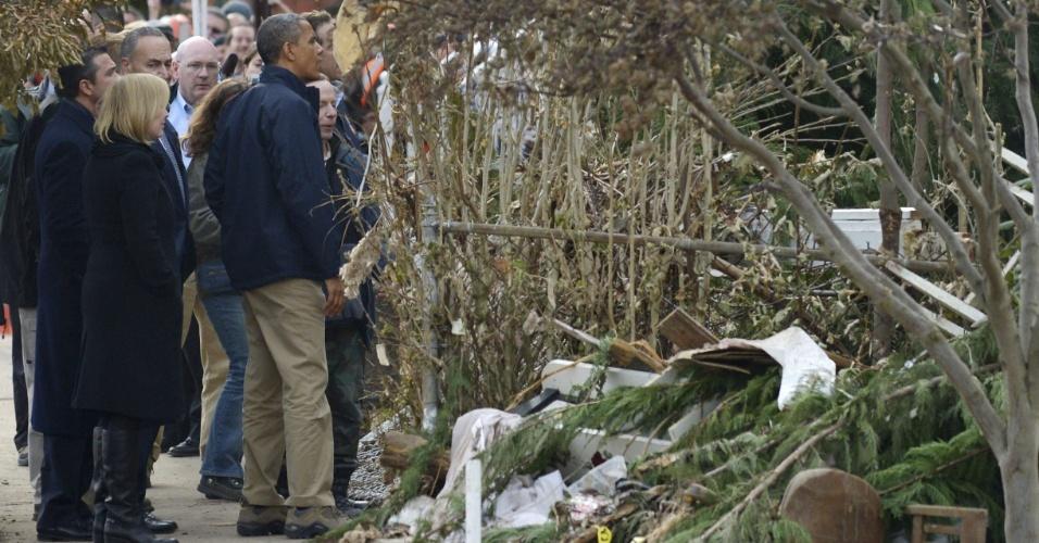 15.nov.2012 - O presidente dos Estados Unidos, Barack Obama, examina destroços de casas destruídas pela passagem da tempestade Sandy, nesta quinta-feira (15) em Nova York