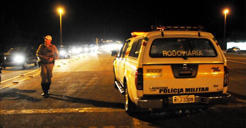 15.nov.2012 - Policiais intensificam blitzes e revistas em veículos devido aos ataques criminosos que acontecem desde o começo da semana em Florianópolis (SC)