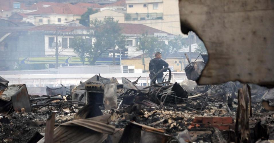15.nov.2012 - Rescaldo do incêndio que atingiu uma favela na zona leste de São Paulo na noite desta quarta-feira (14). Segundo o Corpo de Bombeiros, o fogo começou na Rua Guaiauna, no bairro da Penha. Não há informações sobre o que teria provocado o incêndio