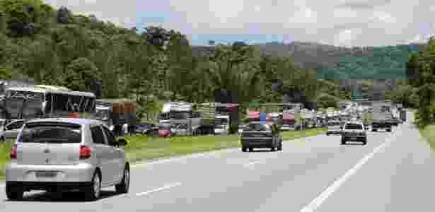 15.nov.2012 - Trânsito na rodovia Régis Bittencourt, na descida Serra do Cafezal, em São Paulo (SP), nesta quinta-feira, feriado da Proclamação da República - Marcio Cassol/ Futura Press - Marcio Cassol/ Futura Press