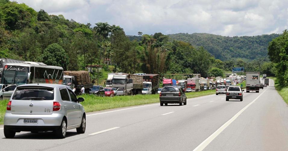 15.nov.2012 - Trânsito na rodovia Régis Bittencourt, na descida Serra do Cafezal, em São Paulo (SP), nesta quinta-feira, feriado da Proclamação da República