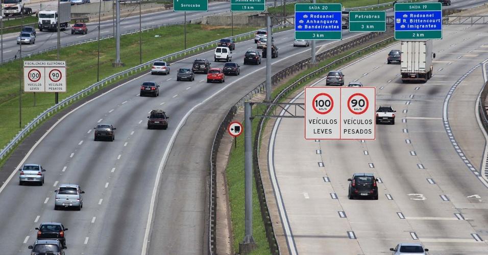 15.nov.2012 - Trânsito tranquilo em ambos os sentidos da rodovia Castello Branco, altura do Km 15, em Osasco (SP), na manhã desta quinta-feira (15), feriado da Proclamação da Republica, em São Paulo