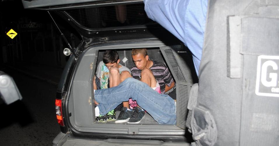 15.nov.2012 - Três homens foram detidos suspeitos de arrombar carros na região de Coqueiros, em Florianópolis (SC)