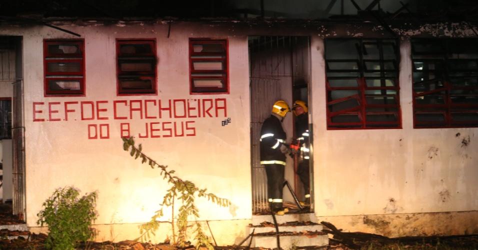 15.nov.2012 - Uma escola desativada de ensino fundamental em Cachoeira do Bom Jesus,em Florianópolis, foi incendiada na noite de quarta-feira (14). O local seria um ponto de encontro de usuários de drogas