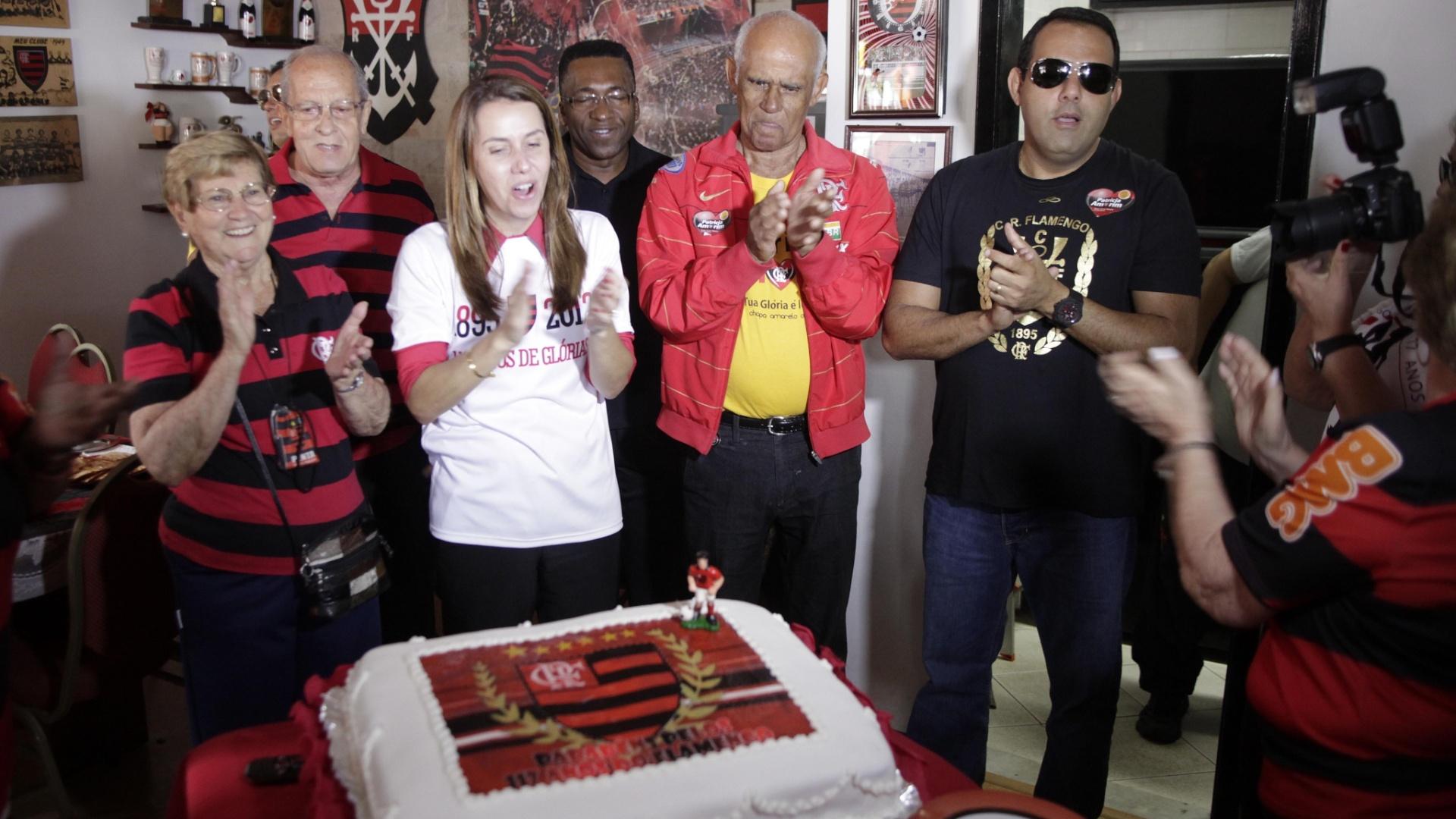 15.nov.2012 A presidente Patrícia Amorim canta parabéns no aniversário de 117 anos do Flamengo