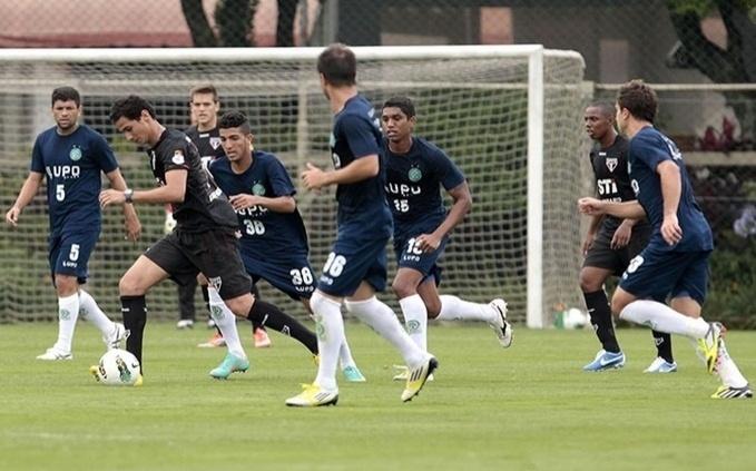Cercado de jogadores do Guarani, Ganso carrega a bola durante jogo-treino contra o Bugre