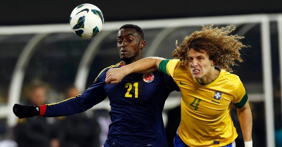 David Luiz marca Jackson Martínez durante o amistoso entre Brasil e Colômbia, em Nova Jersey, nos Estados Unidos