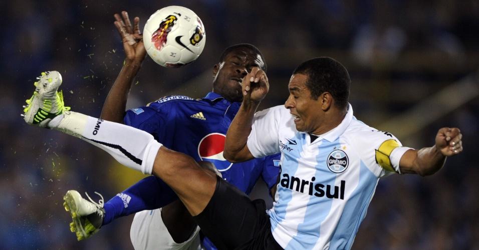 Gilberto Silva briga pela bola com o colombiano Wilberto Cosme, do Millonarios, durante partida das quartas da Sul-Americana