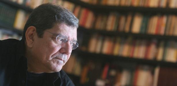 O dramaturgo Alcione Araújo em seu apartamento no Leblon, no Rio de Janeiro, em foto de 2006 - Ricardo Moraes/Folhapress