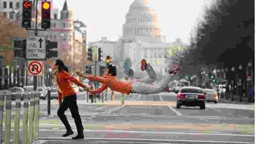 """O livro """"Dançarinos entre nós"""" reúne imagens que parecem desafiar a gravidade, registradas em grandes cidades americanas, como esta na capital dos EUA, Washington DC. """"Eu achei que seria interessante criar fotografias que celebrassem a vida cotidiana, vendo o mudo como se fosse pelos olhos de uma criança"""", disse o fotógrafo Jordan Matter à BBC Brasil - Jordan Matter. Do livro """"Dancers Among Us: A Celebration of Joy in the Everyday"""""""