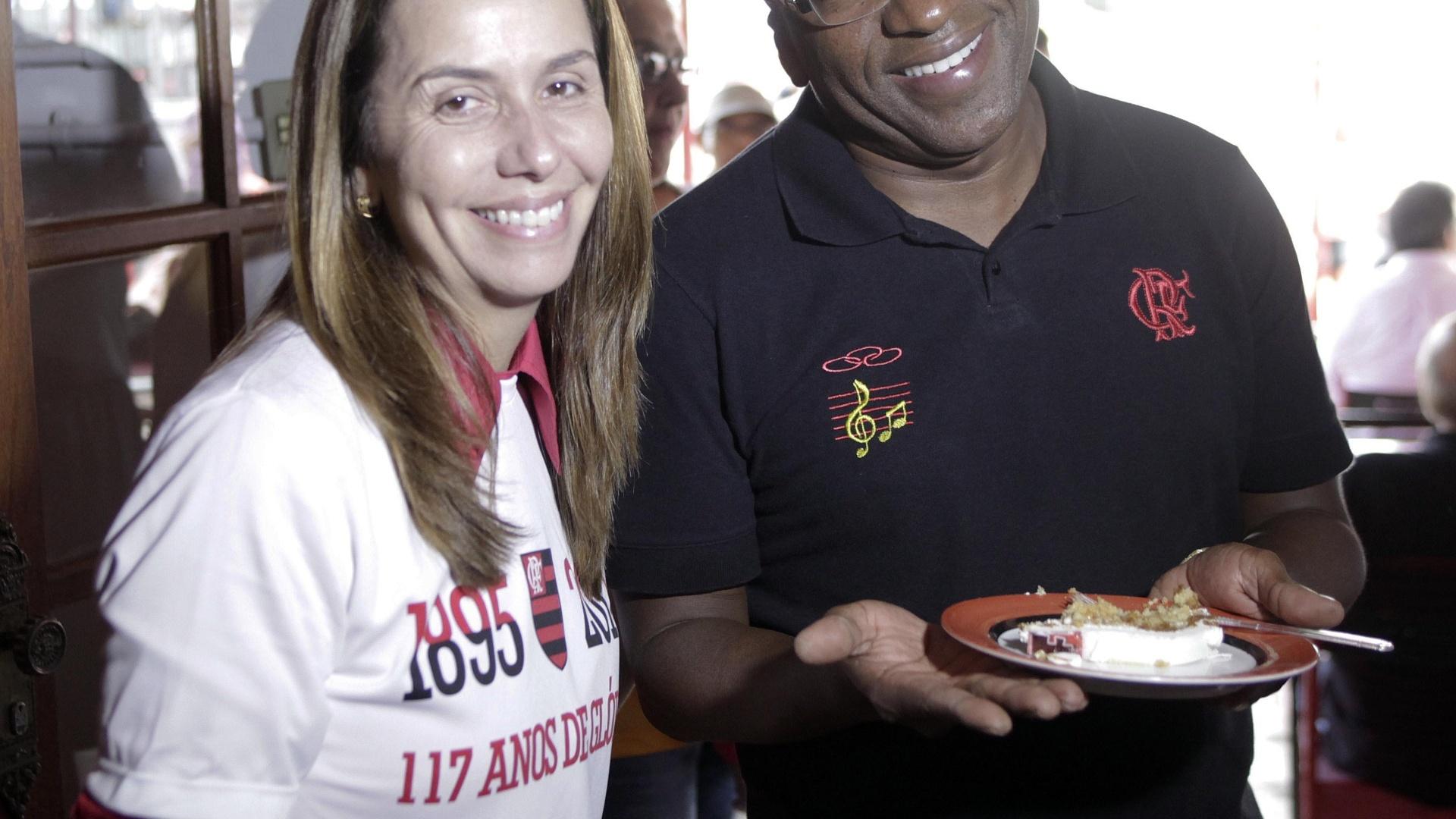 15.nov.2012 Patrícia Amorim divide bolo com convidados na festa de 117 anos do Flamengo