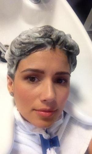 Paula Fernandes publica foto lavando o cabelo no salão (14/11/2012)