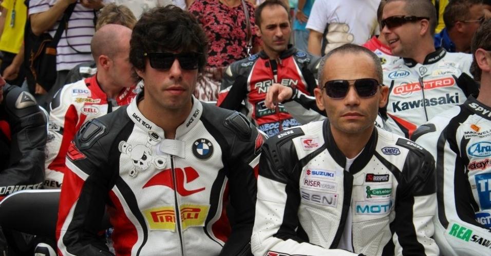 Piloto brasileiro Rafael Paschoalin aparece ao lado do piloto português de motovelocidade Luis Carreira