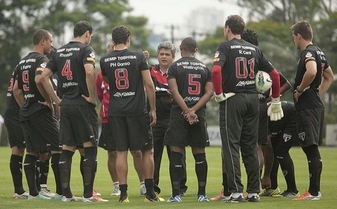 Técnico Ney Franco dá orientações para o time do São Paulo durante jogo-treino contra o Guarani