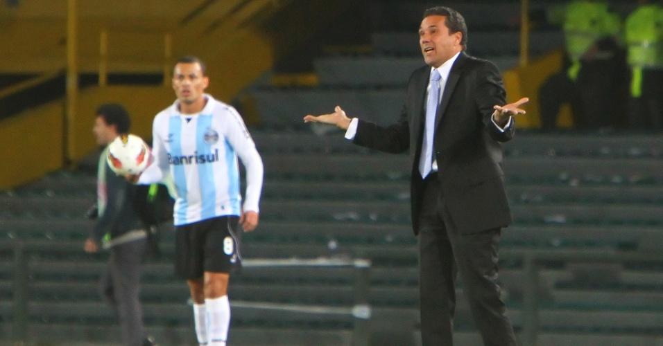 Técnico Vanderlei Luxemburgo orienta os jogadores do Grêmio na partida contra o Millonarios, em Bogotá, na Colômbia (15/11/2012)