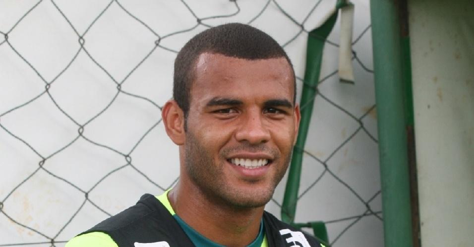 Zagueiro Ernando sorri durante treinamento do Goiás