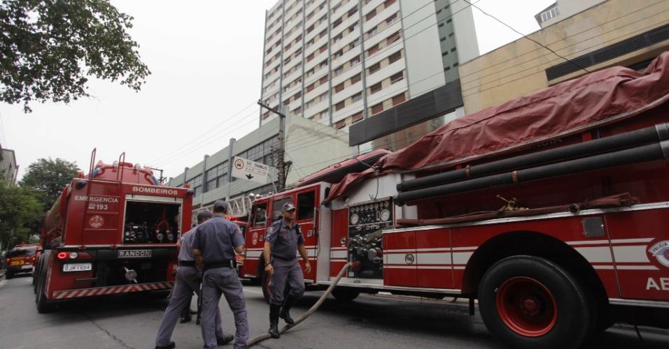 15.nov.2012 - Um incêndio atingiu um apartamento no sétimo andar de um condomínio residencial na rua Teodoro Sampaio, zona oeste de São Paulo, na manhã desta sexta-feira (16). O Corpo de Bombeiros foi chamado e controlou o fogo. Ninguém ficou ferido