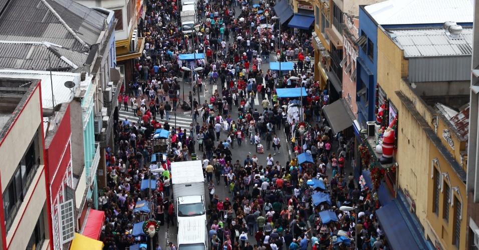 16.nov.2012 - A rua 25 de março, na região central de São Paulo, tradicional ponto de comércio popular, ficou lotada, nesta sexta-feira (16), de pessoas que aproveitaram o feriado prolongado para fazer compras