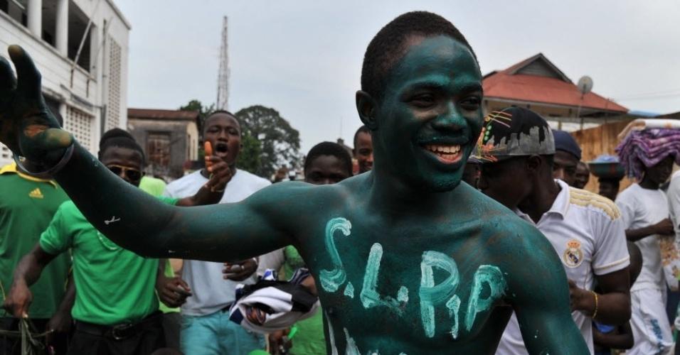 16.nov.2012 - Apoiadores do candidato de oposição à Presidência de Serra Leoa, Julius Maada Bio, fazem campanha nas ruas de Freetown, dois dias antes das eleições gerais no país