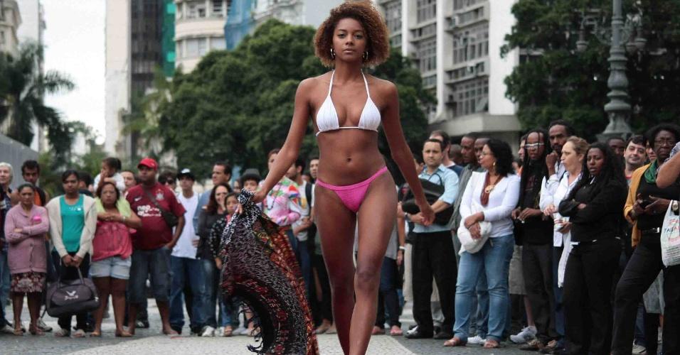 16.nov.2012 - Como parte da programação do Mês da Consciência Negra, o coletivo Matiz Brasil: Juventude em Mobilidade e a Coordenadoria Especial da Promoção de Políticas de Igualdade Racial da Prefeitura do Rio de Janeiro promoveram um desfile de moda no Largo Carioca nesta sexta-feira (16)