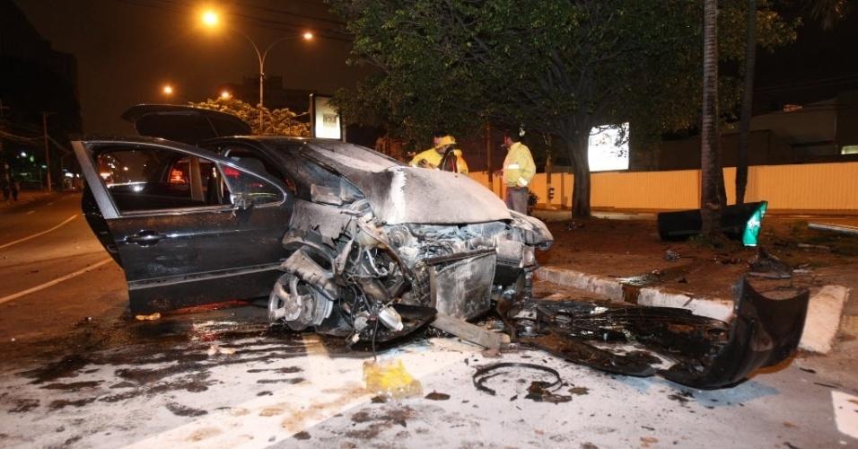 16.nov.2012 - Duas pessoas ficaram feridas após veículo em que estavam bater em poste na rua Turiassu, no bairro da Água Branca, zona oeste de São Paulo (SP). Os feridos foram socorridos pelo Corpo dos Bombeiros