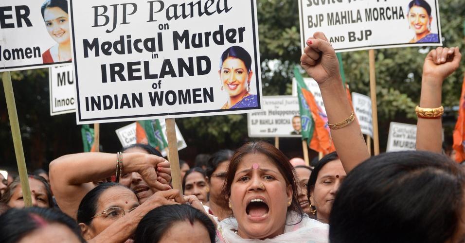16.nov.2012 - Grupo de mulheres protesta em frente à embaixada da Irlanda em Nova Déli, contra a morte da indiana Savita Halappanavar. Grávida de 17 semanas, Savita morreu no Hospital Universitário de Galway, por complicações na gravidez, após os médicos se recusarem a fazer um aborto sob o argumento de que estavam num ''país católico''