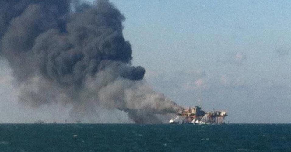 16.nov.2012 - Imagem da emissora KLFY TV10 mostra plataforma de petróleo no Golfo do México, na costa da Louisiana (EUA), pegando fogo, nesta sexta-feira (16). Ainda não há informações sobre feridos nem o que teria provocado o incêndio