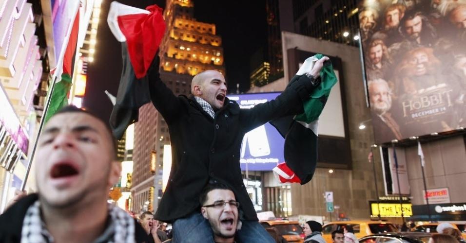 16.nov.2012 - Manifestantes fazem protesto na Times Square, em Nova York (EUA), contra ataques israelenses à Faixa de Gaza