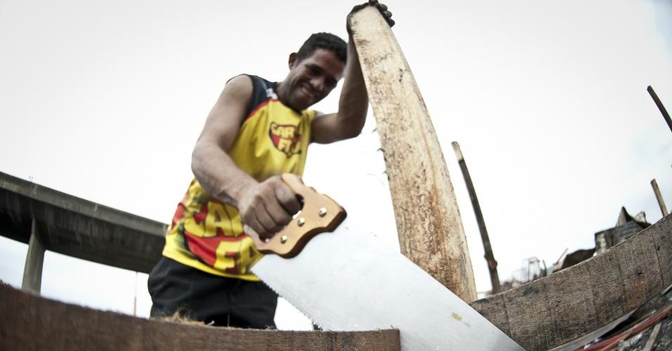 16.nov.2012 - Moradores tentam recuperar seus pertences e reconstruir suas casas na favela Fazendinha, na Penha, zona leste da capital paulista. O local foi destruído por um incêndio na quarta-feira (14) deixando cerca de 250 barracos e aproximadamente 400 famílias sem nada, segundo relatos dos moradores