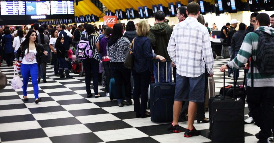 16.nov.2012 - Movimentação no aeroporto de Congonhas, zona sul de São Paulo, nesta sexta-feira (16), feriado prolongado. Há longas filas de espera no saguão e reclamações de voos atrasados