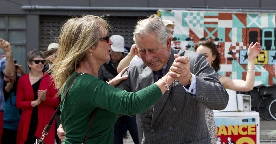 16.nov.2012 - O príncipe britânico Charles dança com mulher em festa de rua durante visita à cidade de Christchurch, na Nova Zelândia