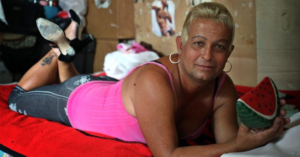 16.nov.2012 - O transexual cubano José Agustín Hernández González, ou Adela como prefere ser chamado, descansa em sua casa nesta sexta-feira (16) em Caibarién. González foi eleito em outubro para o cargo de delegado da Assembleia Municipal de Poder Popular