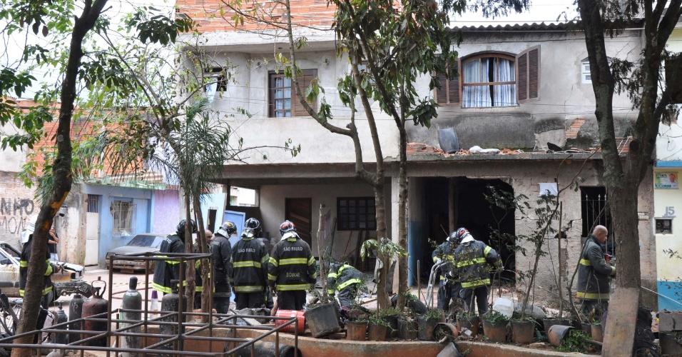 16.nov.2012 - O vazamento de acetileno provocou uma explosão em uma casa na travessa da rua Marco Caroso com a rua São Rafael, em Sapopemba, na zona leste de São Paulo, na manhã desta sexta-feira (16). Segundo o Corpo de Bombeiros, uma pessoa morreu