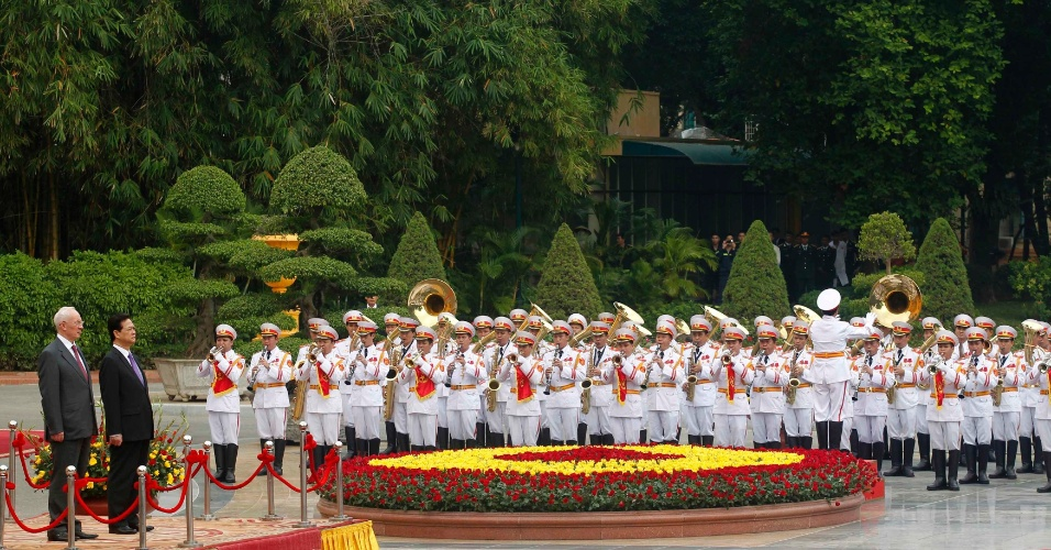16.nov.2012 - Os primeiros-ministros da Ucrânia, Mykola Azarov (à esquerda) e do Vietnã, Nguyen Tan Dung, ouvem o Hino Nacional dos dois países durante cerimônia de boas-vindas no Palácio Presidencial em Hanói (Vietnã)
