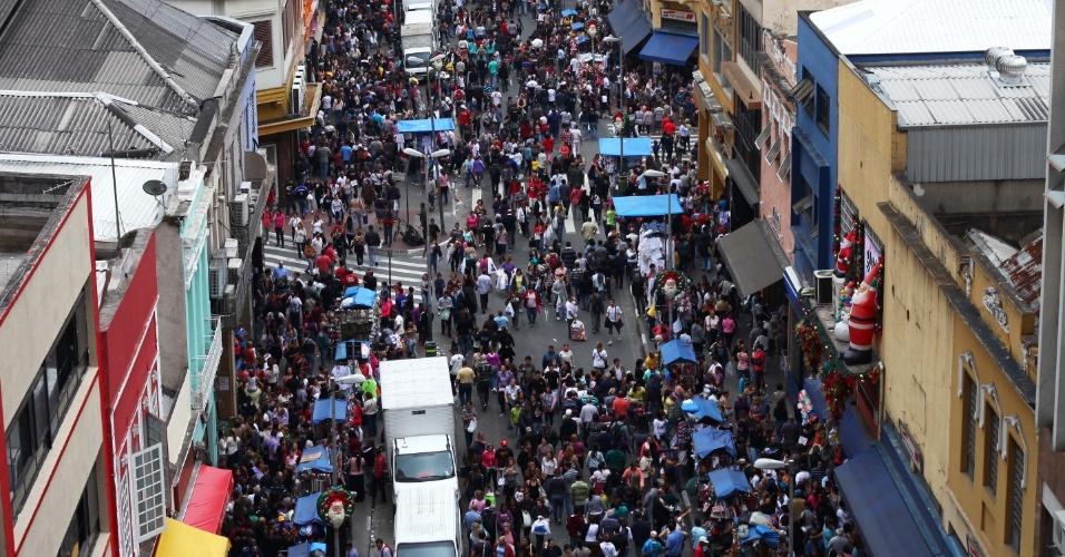 16.nov.2012 - Paulistanos e turistas aproveitam o feriado prolongado para ir as compras de natal na rua 25 de março, na região central de São Paulo