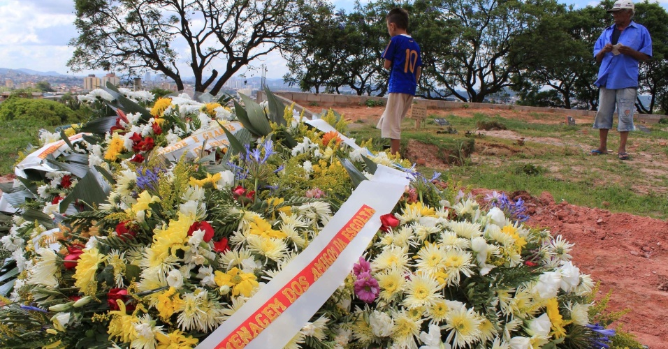16.nov.2012 - Pessoas acompanham o enterro de um guarda civil metropolitano no Cemitério Santo Antônio, em Osasco (Grande SP). Ele foi assassinado em uma rua de Carapicuíba, Região Metropolitana de São Paulo