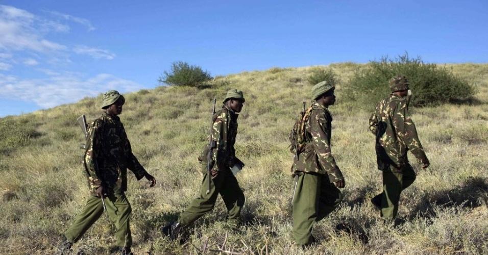 16.nov.2012 - Policiais fazem buscas por restos mortais de militares assassinados por supostos ladrões de gado durante emboscada perto de Baragoi, no noroeste do distrito de Samburu, no norte do Quênia