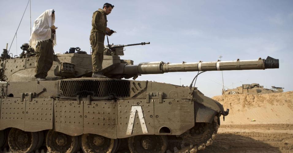 16.nov.2012 - Soldados israelenses fazem oração sobre tanque parado na fronteira do país com a faixa de Gaza