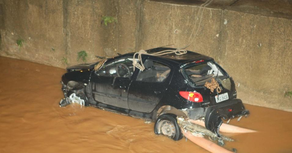 16.nov.2012 - Um homem morreu na noite desta quinta-feira (15) após o carro em que estava ter sido arrastado por uma enxurrada e caído em um córrego no bairro Castelo, região da Pampulha, em Belo Horizonte (MG). Uma outra pessoa ficou ferida