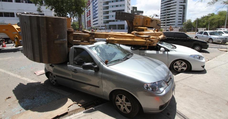 16.nov.2012 - Uma retroescavadeira utilizada em obras no bairro de Boa Viagem, na região sul do Recife (PE), tombou após subir em um caminhão e atingiu dois veículos, nesta sexta-feira (16). Ninguém ficou ferido