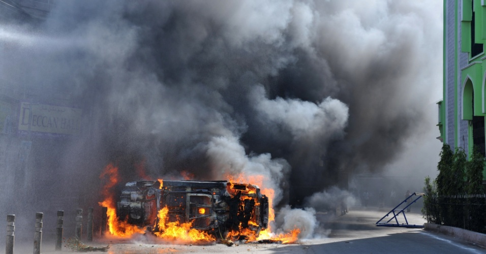 16.nov.2012 - Veículo pega fogo em frente a uma mesquita após dia de violência, em Hyderabad, na Índia