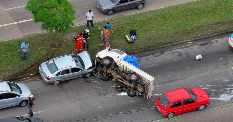 16.nov.2012 - Vista aérea de um acidente envolvendo um caminhão na Av. Brasil, altura de Irajá, zona norte do Rio
