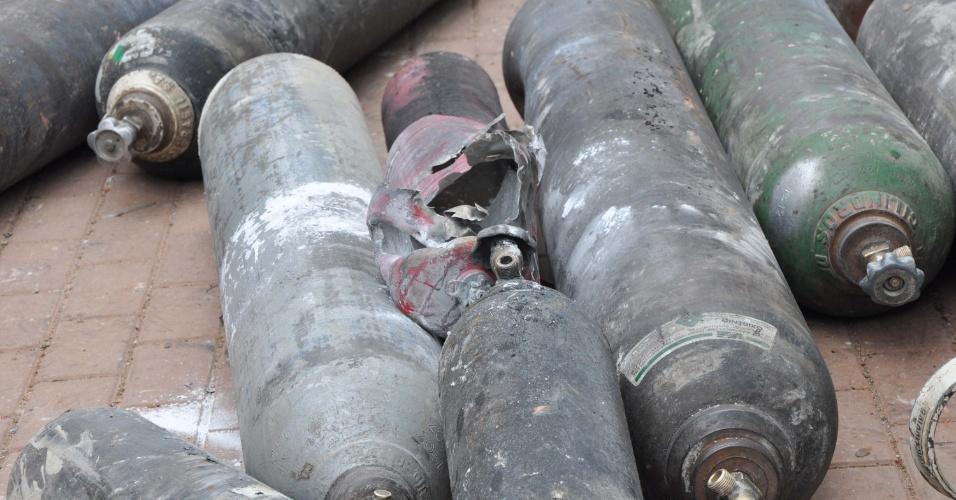 16.nov.2012 -Cilindros com gás acetileno utilizados no trabalho de funilaria são retirados de uma casa em Sapopemba, na zona leste de São Paulo. Um vazamento de gás provocou uma explosão no local, nesta sexta-feira (16), matando uma pessoa