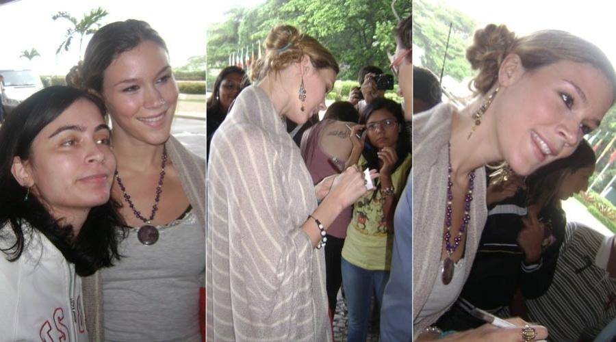 Antes de deixar o Rio, Joss Stone dá autógrafos e tira fotos com fãs (16/11/2012)